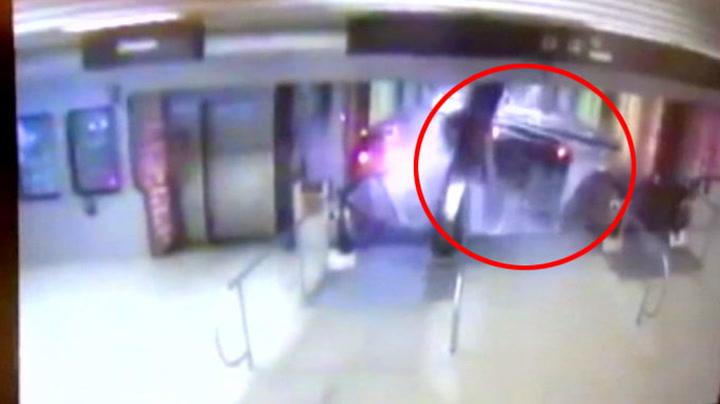 Løpsk tog kjører opp rulletrappen
