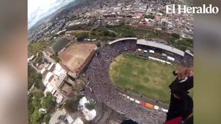 Así fue el descenso de uno de los paracaidistas captado desde las alturas