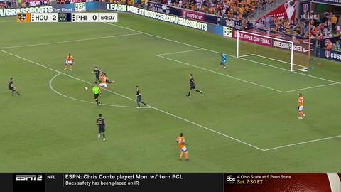 Auston Trusty del Philadelphia Union, marca en meta propia el tercer gol del Houston Dynamo