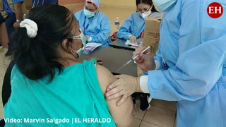 Capitalinos se vacunan contra el covid en el Instituto Técnico Luis Bográn