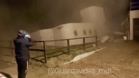 Se derrumba una casa al mar en Argentina