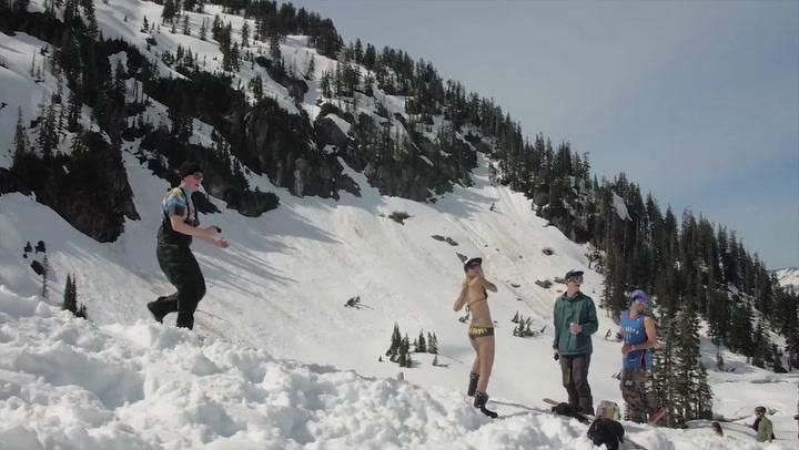 Paraglider flyr rett inn i bikini-skiløper
