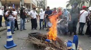 Protestantes le prenden fuego a conos de la Policía Nacional