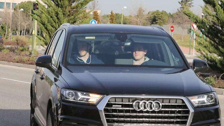 Gareth Bale y Reguilón acaban de llegar al centro de entrenamiento del Tottenham
