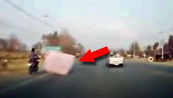 Mopedist truffet av løpsk madrass