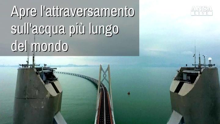 Apre il ponte sull'acqua più lungo del mondo, progettato per resistere a terremoti e calamità naturali. Le immagini
