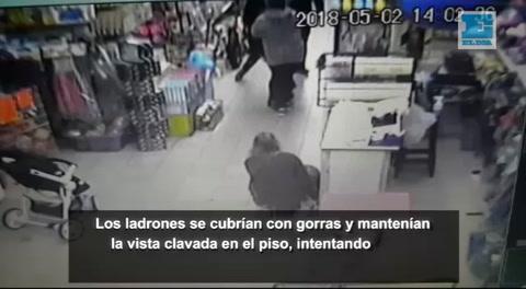 Un video muestra como le apuntan con un arma a un bebé en un robo
