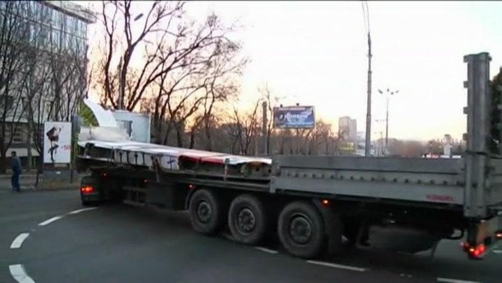 Bekijk video:  'Wrakstukken MH17 zondag naar Charkov'