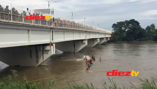 Hondureños se lanzan al río tratando de cruzar frontera de México