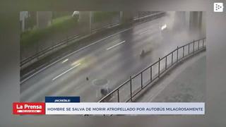 Hombre se salva de morir atropellado por autobús milagrosamente