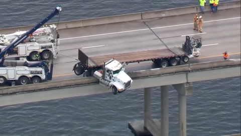 Camión queda suspendido en un puente de EE.UU.