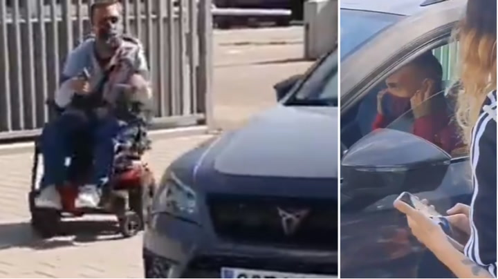 Braithwaite se baja del coche para fotografiarse con un aficionado en silla de ruedas