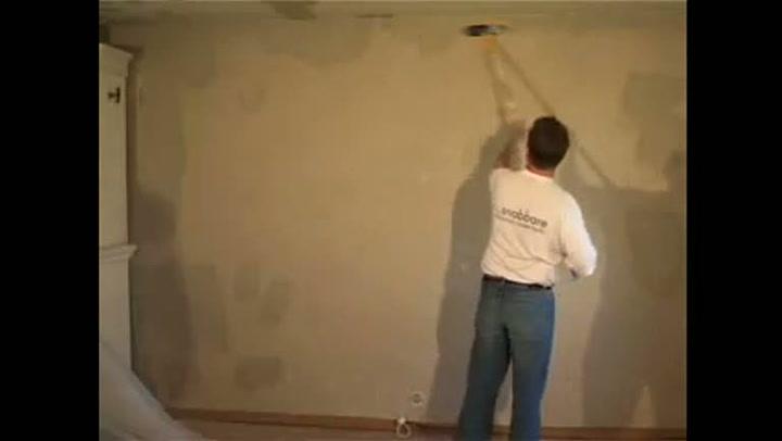 Hvordan gjøre grunnarbeid før maling av vegger og tak