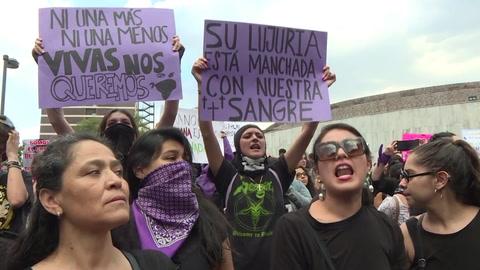 Miles de mujeres en México protestan por violación de policías a adolescente