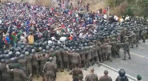 Policía de Guatemala reprime a hondureños de la caravana migrante