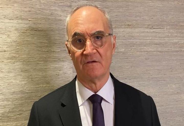 El doctor Pedro Luis Ripoll explica la intervención meniscal a Ansu Fati
