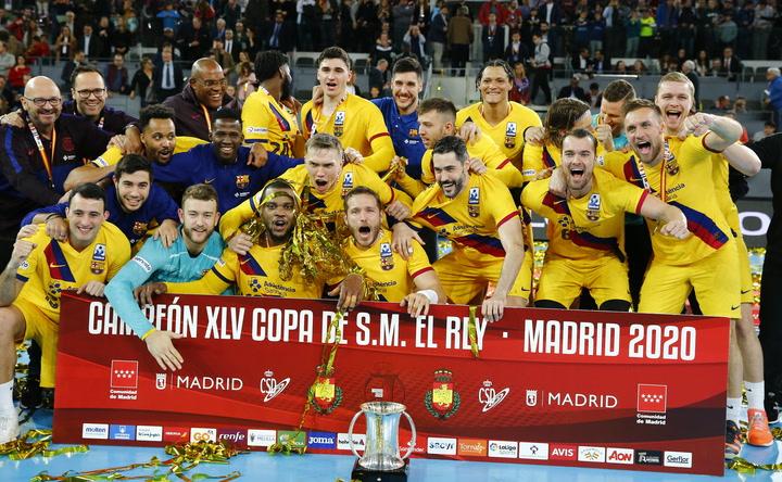 El capitán Víctor Tomàs levanta la Copa del Rey de Balonmano del Barça