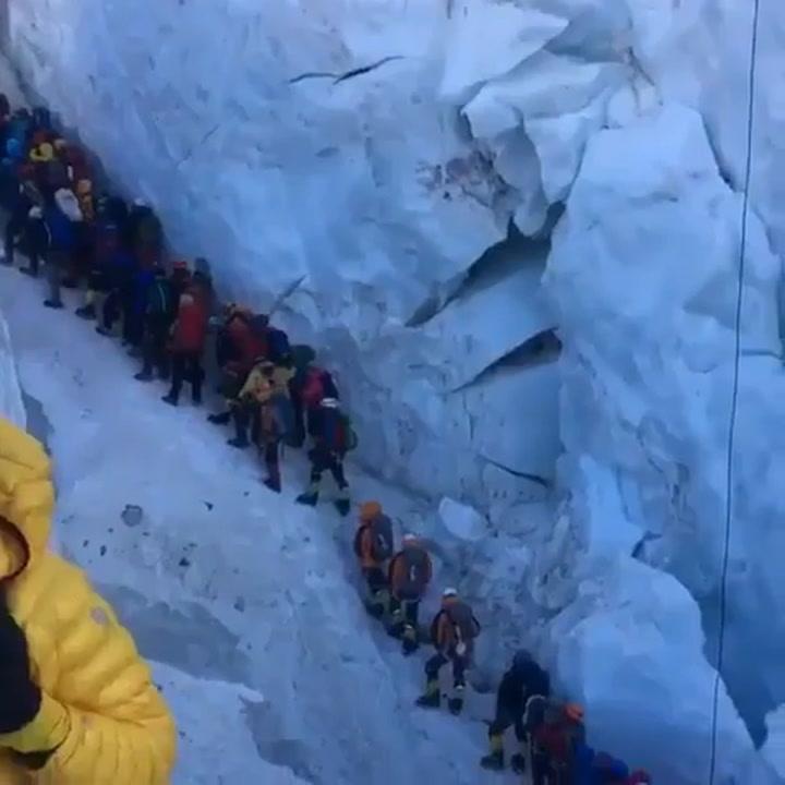 Tras la foto llega el vídeo del atasco para hollar la cima del Everest