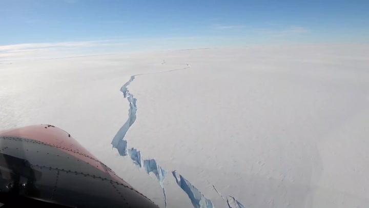 Un enorme iceberg se desprende en la Antártida cerca de una estación británica