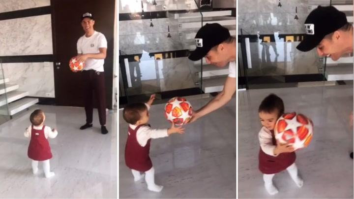 Cristiano Ronaldo juega con su hija con el balón del 'hat-trick' al Atlético