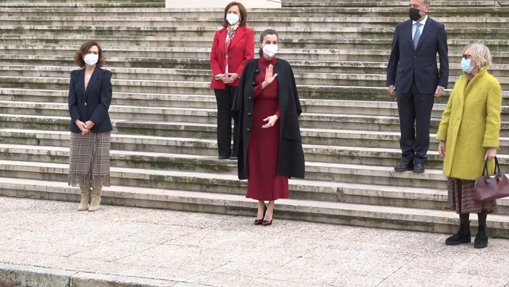 Doña Letizia estrena el vestido español que gusta a las \'royals\' en un look bicolor con truco