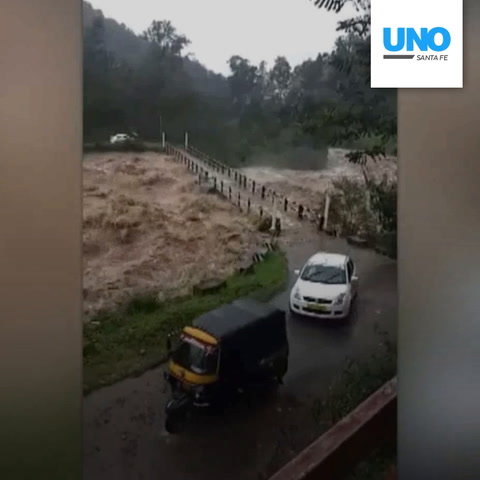 Arriesgaron sus vidas pasando por un puente a punto de colapsar