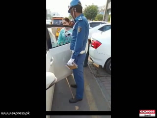 لاہور میں خاتون نے ٹریفک وارڈن کو تھپڑ ماردیا