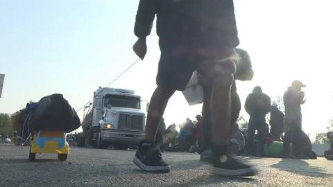Niños migrantes sobreviven al éxodo centroamericano con juguetes
