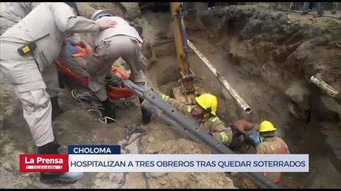 Hospitalizan a tres obreros tras quedar soterrados por alud de tierra