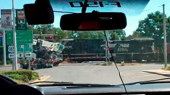Her blir lastebilen smadret av toget
