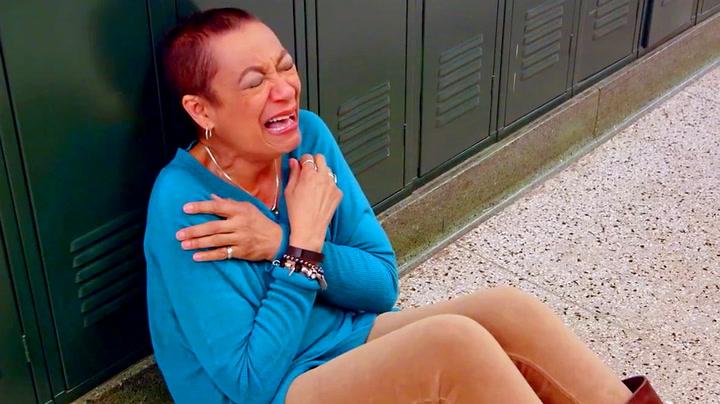 Sanglæreren bryter sammen i gråt – får sitt livs overraskelse