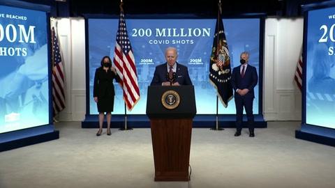Biden celebra logro