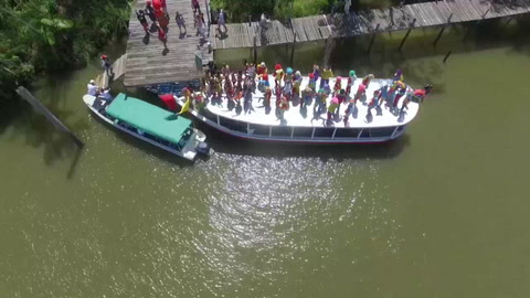 El carnaval brasileño navega en la tupida selva amazónica