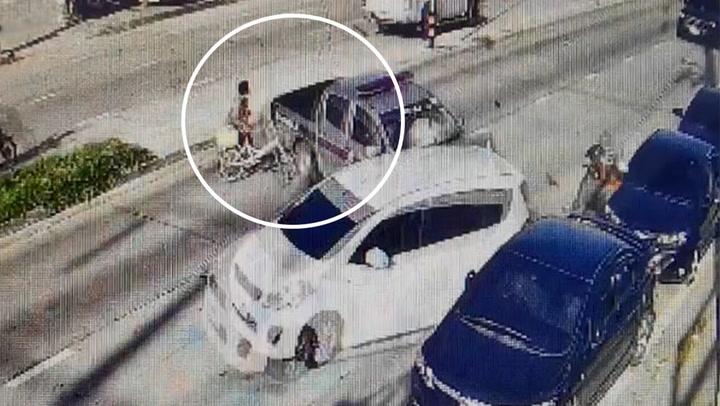 นาทีฉิวเฉียด! ป้าข้ามถนน รถตำรวจเฉี่ยวจักรยานกระเด็น คนรอดหวุดหวิด