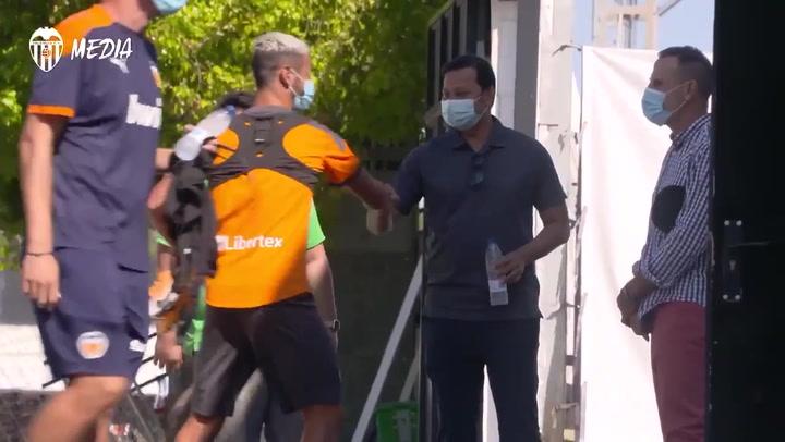 Anil Murthy visita el entrenamiento del Valencia