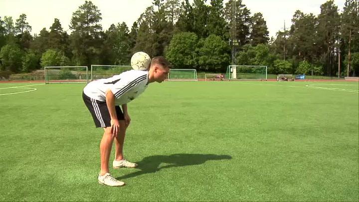 Fotballtriksing - hvordan legge ballen på nakken
