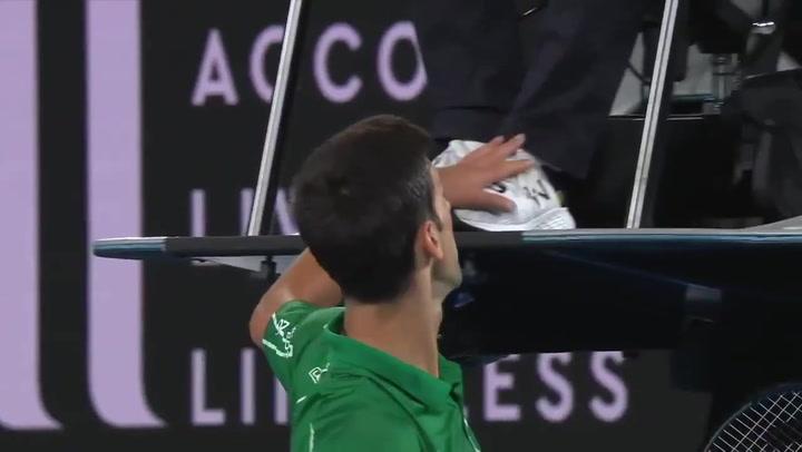 Monumental cabreo de Djokovic con el juez de silla de la final del Open de Australia