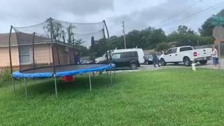 Vecinos se oponen a que agentes del ICE arresten a migrante en EEUU