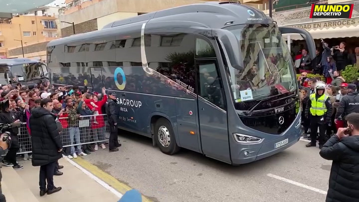 Mucha expectación en la llegada del Barça a Ibiza