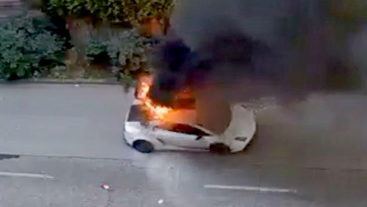 Plutselig tar Lamborghinien fyr