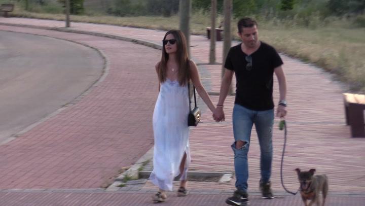 Alfonso Merlos y Alexia Rivas presumen de su amor en un paseo por el parque