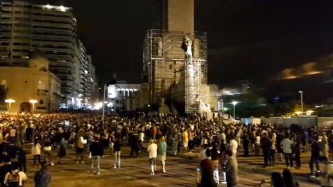 El cacerolazo sonó con fuerza en el Monumento a la Bandera