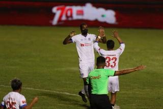 Doblete de Bengtson y Olimpia está venciendo al Platense en el Nacional