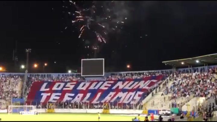 La espectacular manta que sacó la Ultra Fiel en el estadio Nacional - Diez.hn
