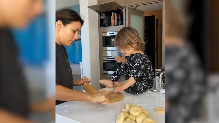 Eva Longoria tiene al repostero más alegre en casa, ¡su hijo Santi!