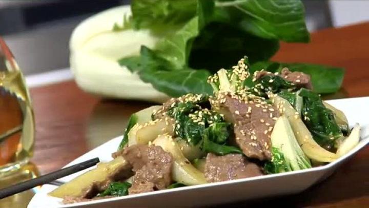 Hvordan lage wok med pak choi og biff