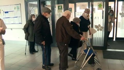 Vacunados y autorizados a divertirse, residentes de geriátricos van al teatro en Madrid