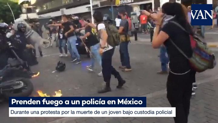 Prenden fuego a un policía en México durante una protesta por la muerte de un joven bajo custodia policial