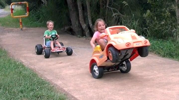 Pappa satte på «turbo» i barnas lekebil