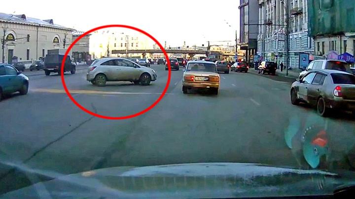 Sjåfør med utrolig unnamanøver i Moskva